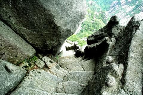 黄山天都峰下半山寺的山路.jpg