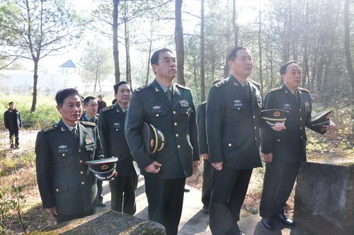 南京军区副司令员王洪光中将等到谭家桥祭拜粟裕将军