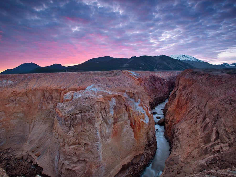 火山胜景旁蜿蜒流淌.摄影师:Michael Melford.万烟谷位于美国阿