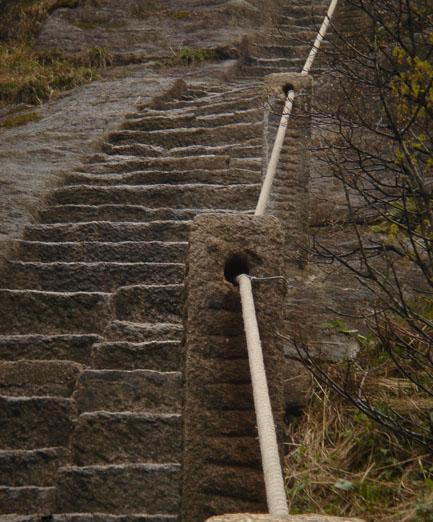 为了消除因铁链而导致直接雷击的安全隐患,黄山风景区将天都峰原铁链护栏全部更换成高抗腐、强纤维的纤绳,便于游人方便、安全地游览黄山.jpg