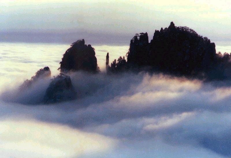 安徽黄山旅游景点、安徽黄山奇石十八罗汉朝南海.jpg