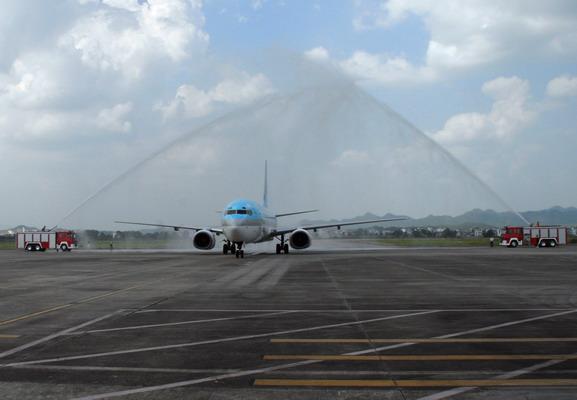 """首条真正意义上的国际航线正式通航。  黄山——首尔国际航班首航仪式在黄山机场举行 下午2点40分,大韩航空公司一架航班号为KE817的B737-800飞机在黄山机场平稳落地。黄山机场举行了""""水门""""迎机洗尘仪式,服务人员向机组和旅客献上了鲜花。随后,在黄山机场国际候机楼内举行了首航仪式。  黄山市副市长万以学宣布黄山—首尔国际航班正式开航  黄山机场举行""""水门""""迎机洗尘仪式 首航仪式由黄山市副市长徐健敏主持,黄山市常务副市长"""