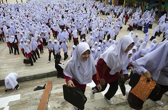 林私立学校上学的女孩们