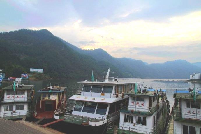歙县深渡镇旅游停泊在深渡镇码头上的游船.jpg