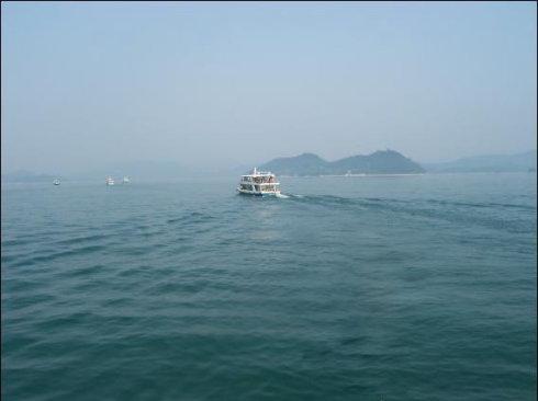 在碧波万顷的千岛湖上的游船.jpg