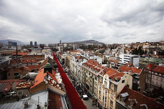 萨拉热窝Titova街道摆放11541把红椅子纪念波斯尼亚战争20周年.jpg