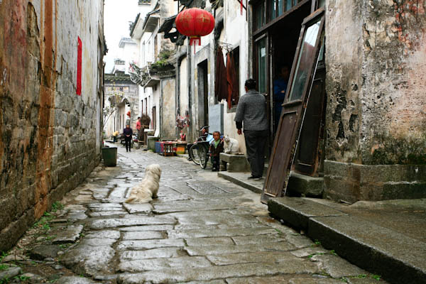 安徽呈坎村介绍 呈坎古镇旅游攻略-花岗石铺筑的窄窄街巷.jpg