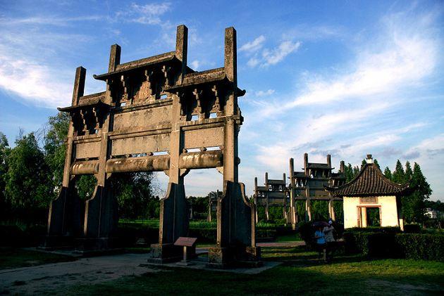 歙县棠樾牌坊群-迄今林立的棠樾牌坊群成为徽州文化的象征之一.jpg