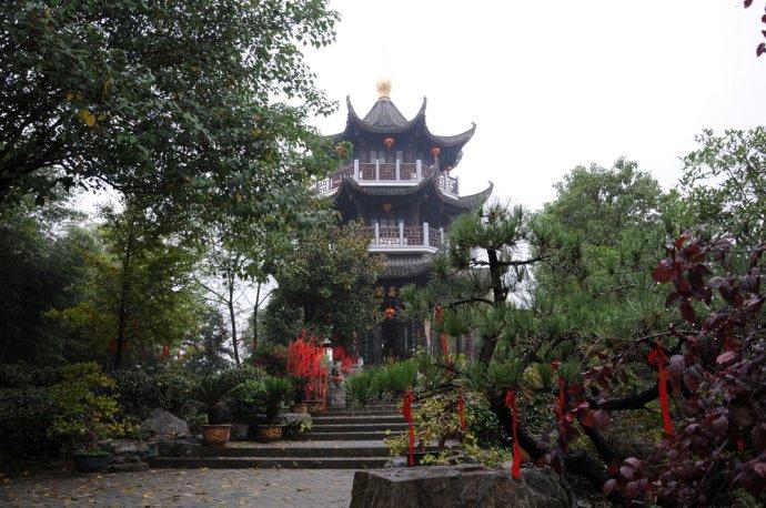 歙县鲍家花园-园中处处小径通幽,两旁有各种植物,散发出高贵的气息.jpg