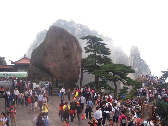 站在黄山玉屏楼景区的象鼻石旁看,远处最右边山峰即为松鼠跳天都.jpg