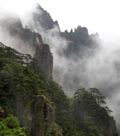 站在黄山西海排云亭处往左边看,远处的山峰即为黄山奇石仙女弹琴.jpg