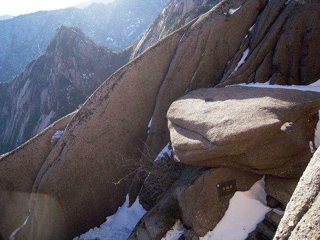 黄山蒲团石呈扁圆形,直径4米,状若古人用来跪坐的蒲团.jpg