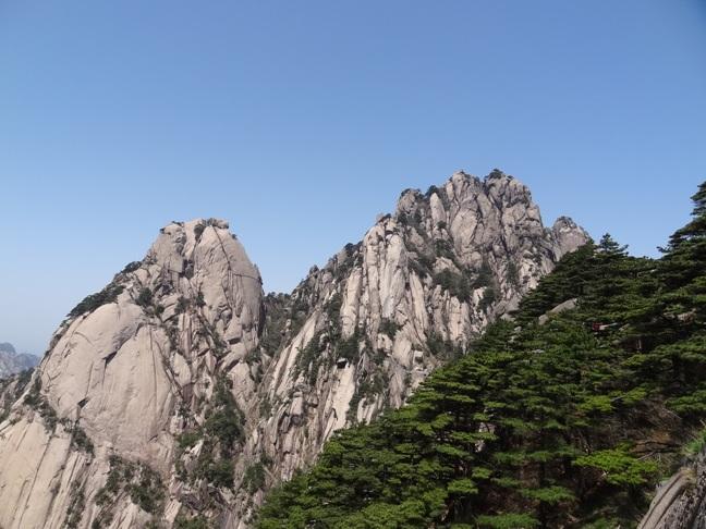 黄山旅游景点 左为黄山莲蕊峰,右为莲花峰.jpg