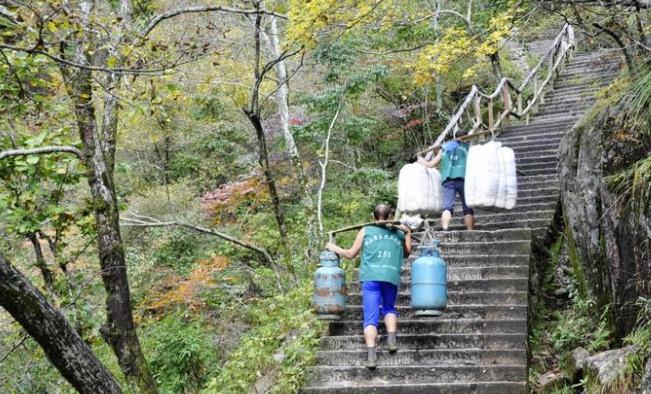 黄山云谷寺到白鹅岭步行登山道上的挑夫.jpg