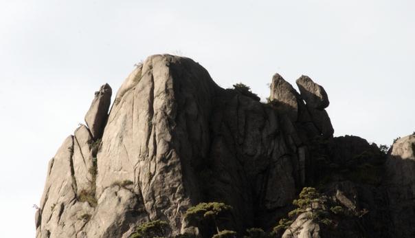 黄山奇石 双猫捕鼠(近景图片,左边巧石为老鼠,右边两块巧石为猫).jpg