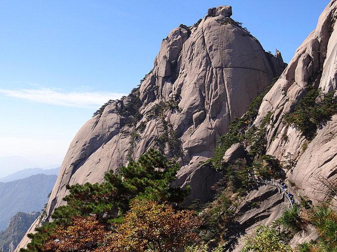 黄山旅游攻略-莲花峰和莲蕊峰之间的峡谷为玉屏景区通往黄山天海的游览登山道.jpg