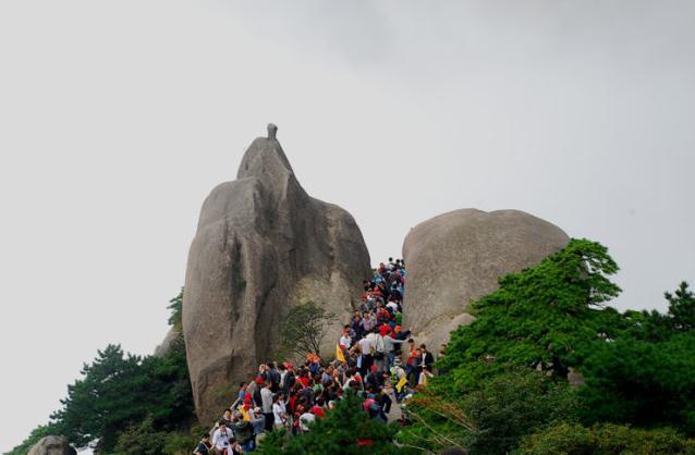 黄山旅游攻略-莲花亭对面的龟蛇二石,中间许多游人的为百步云梯.jpg