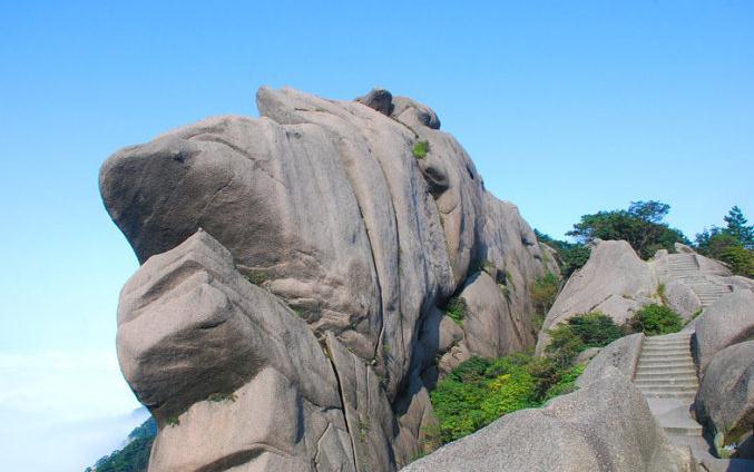鳌鱼峰上张开大嘴的鳌鱼,右边台阶通往黄山天海.jpg