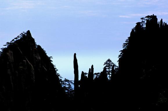 安徽黄山四绝 黄山奇石童子拜观音,位于黄山始信峰.jpg