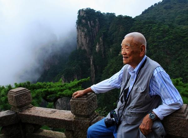 2012年8月15日,香港摄影家简庆福92岁高龄再登黄山.jpg